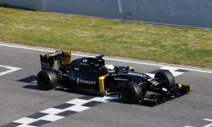 Renault exceeds expectations of bruised Magnussen