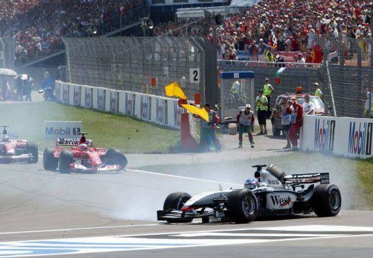 03.08.2003 Hockenheim, Deutschland,F1 am Hockenheimring, Start zum GP von Deutschland, CRASH / Unfall von Kimi Raikkonen, (Räikkönen, FIN, 06), West McLaren Mercedes, MP4-17D, auf der Strecke (Track) hinten Rubens Barrichello (BR, Ferrari)  - Sonntag, Formel 1 Grand Prix (GP), Großer Preis von Deutschland 2003 (Länge 4.574m, Baden Württemberg) - Alle Bilder auf www.xpb.cc, eMail: info@xpb.cc - Abdruck ist honorarpflichtig. © Copyrightnachweis: xpb.cc