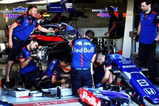 Scuderia Toro Rosso mechanics replace the front suspension on the Scuderia Toro Rosso STR13 of Pierre Gasly (FRA). 07.07.2018. Formula 1 World Championship, Rd 10, British Grand Prix, Silverstone, England, Qualifying Day. - www.xpbimages.com, EMail: requests@xpbimages.com - copy of publication required for printed pictures. Every used picture is fee-liable. © Copyright: Batchelor / XPB Images